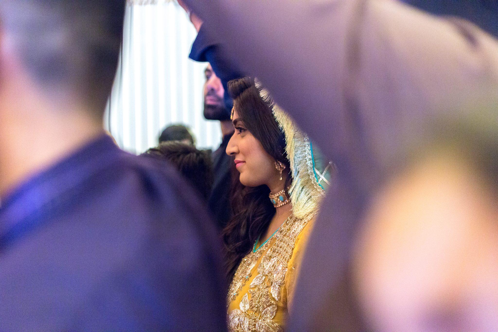 Bruden entrer scenen sammen med sitt brudefølge
