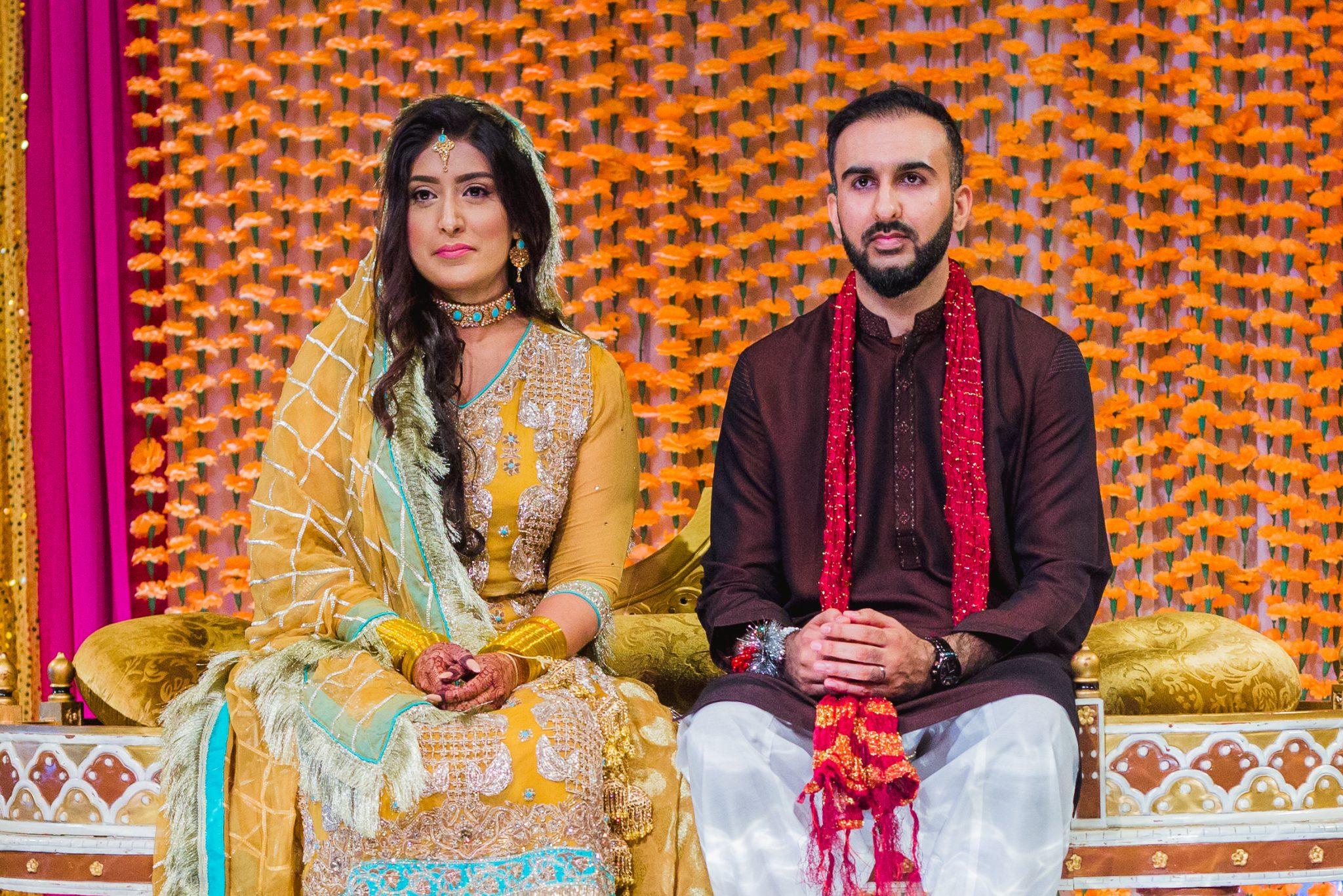 Brudeparet under mehndi/henna sermonien i et pakistansk bryllup