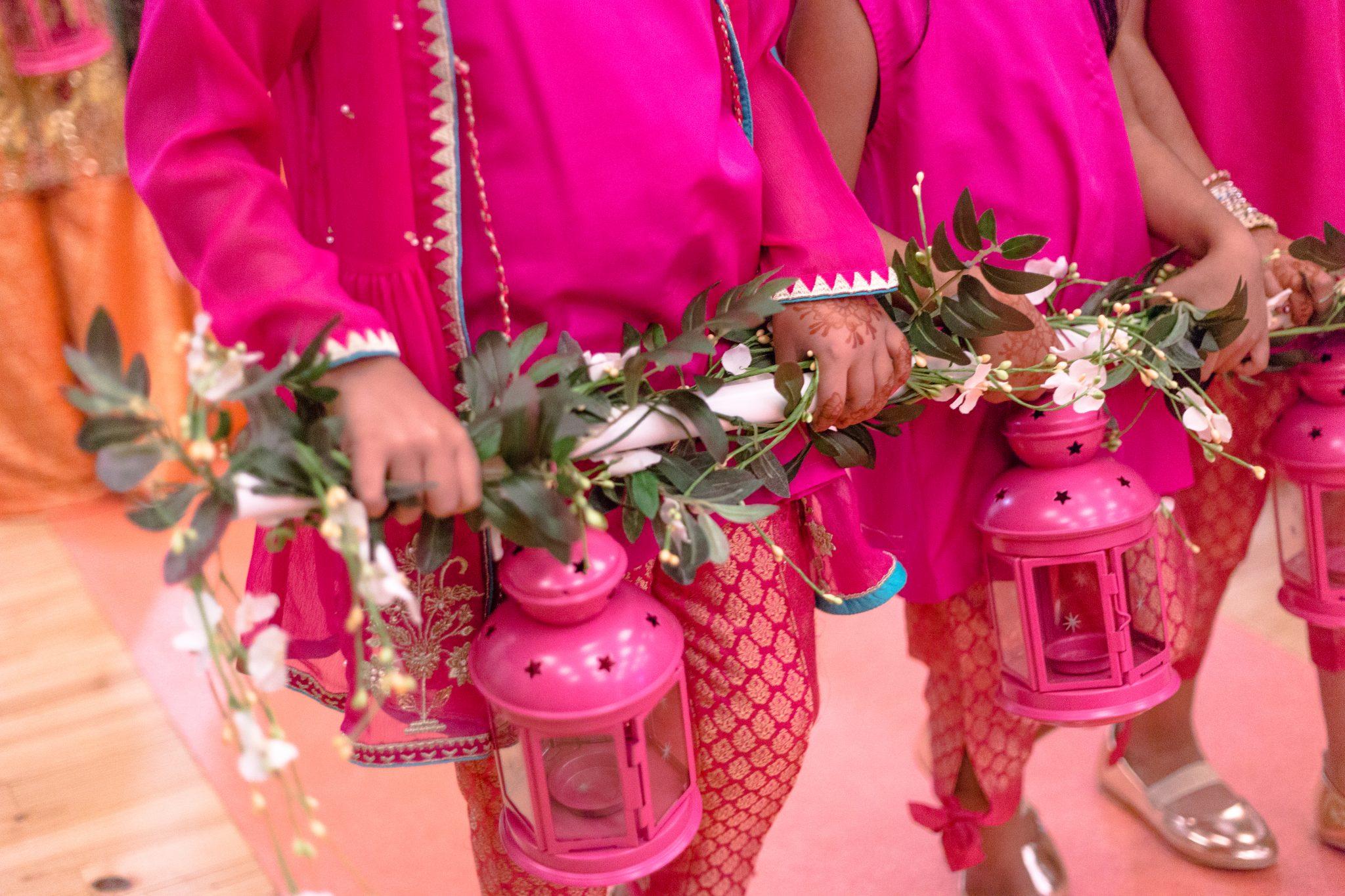 Små brudepiker i en mehndi-sermoni