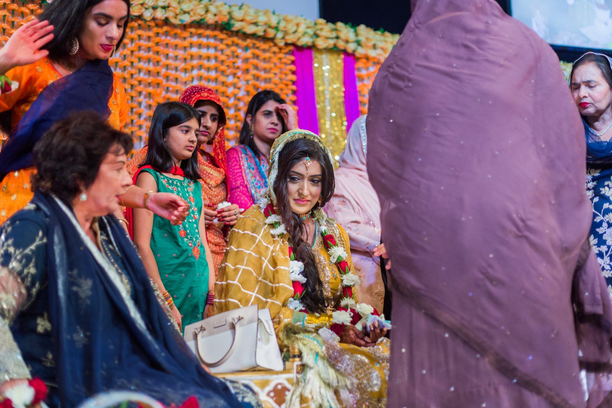 Bruden kler seg vanligvis i gult på mehndi-sermonien