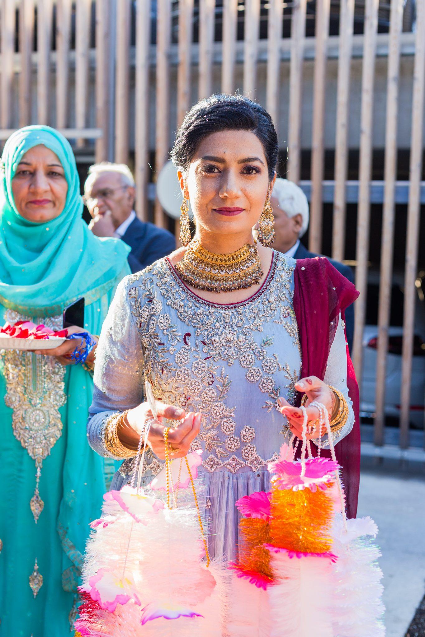 Brudens familie skal ønske brudgommen velkommen - pakistansk bryllup
