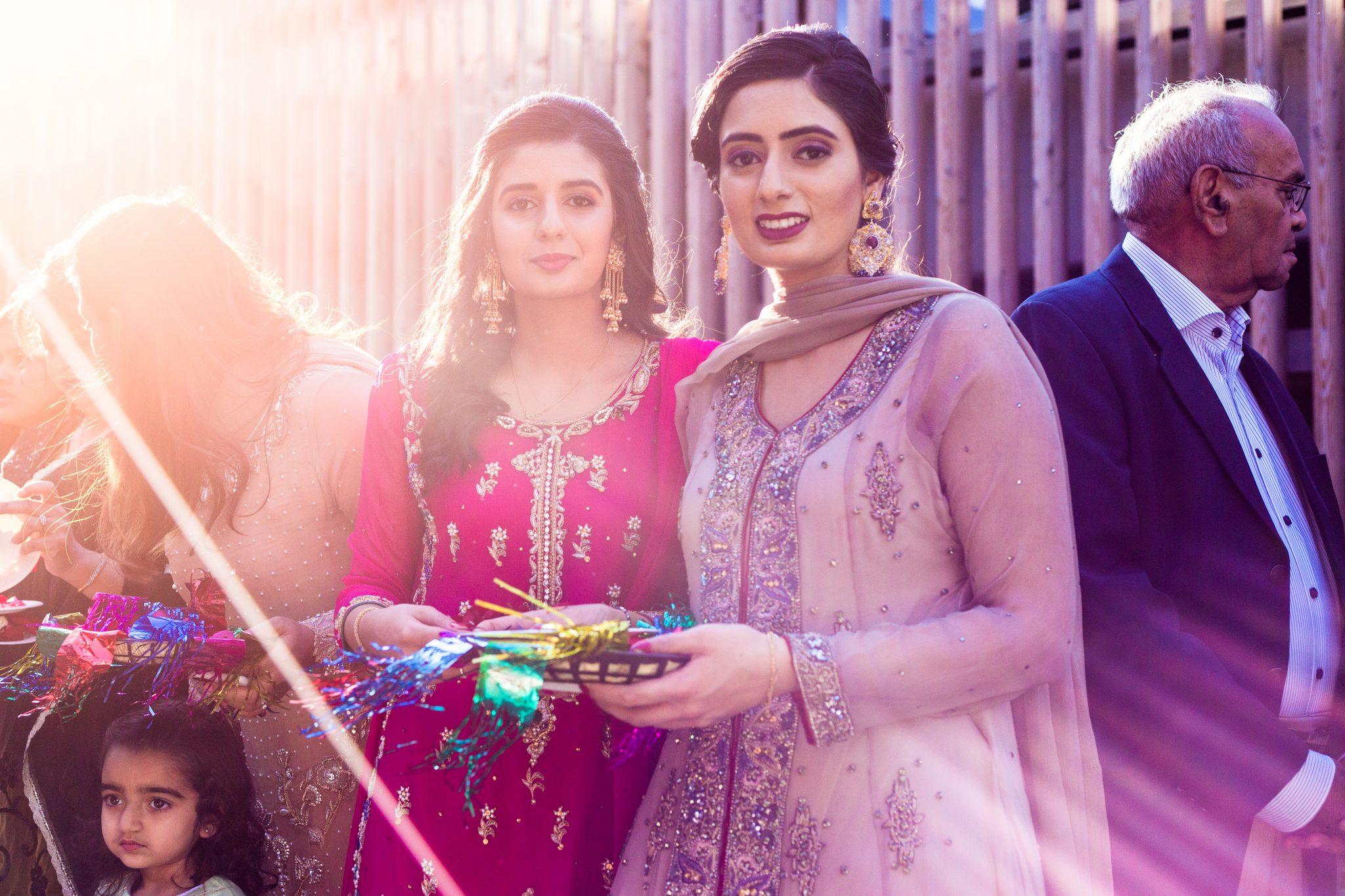 Brudens familie skal ønske brudgommen velkommen i et pakistansk bryllup