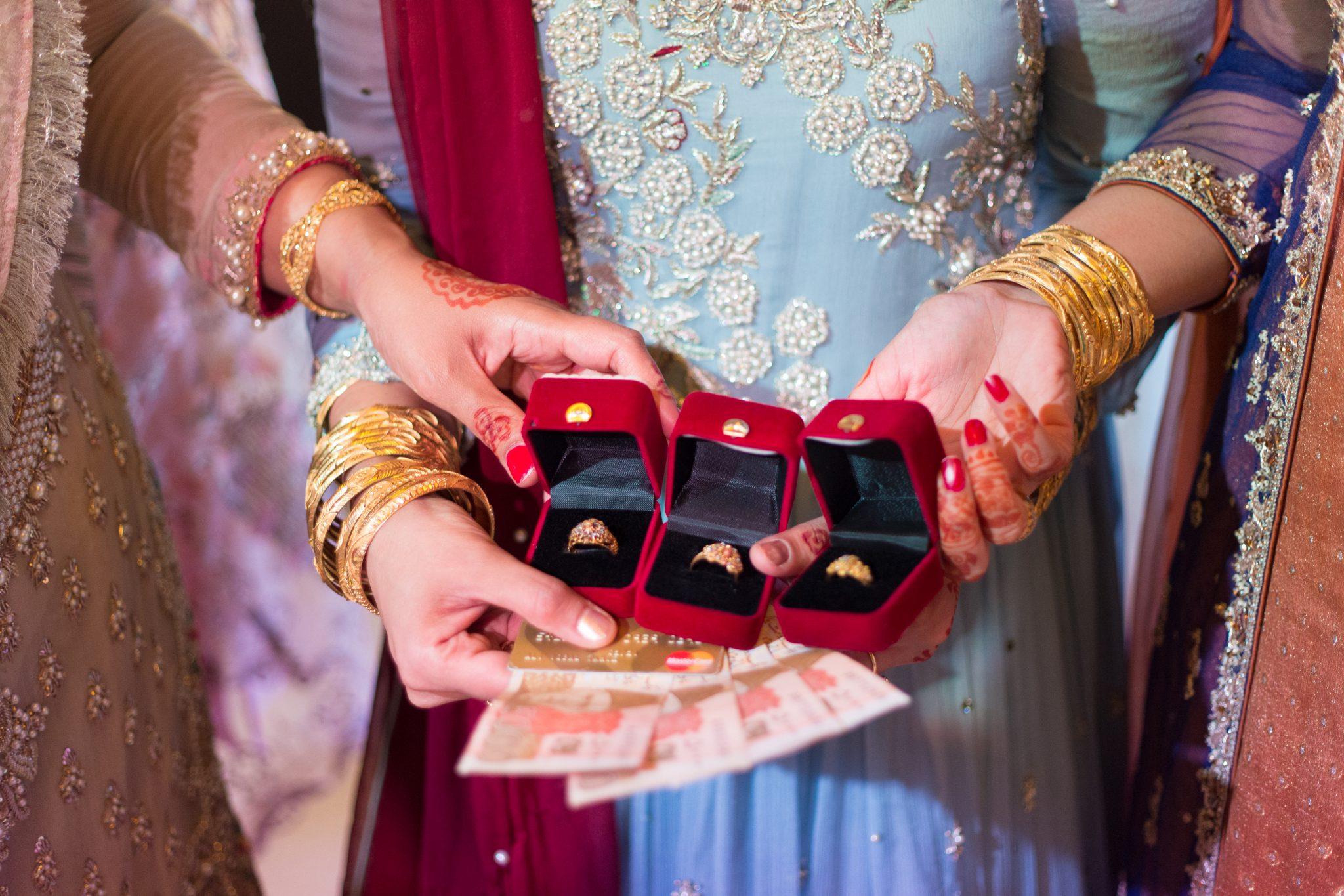 Brudens søstre får gaver