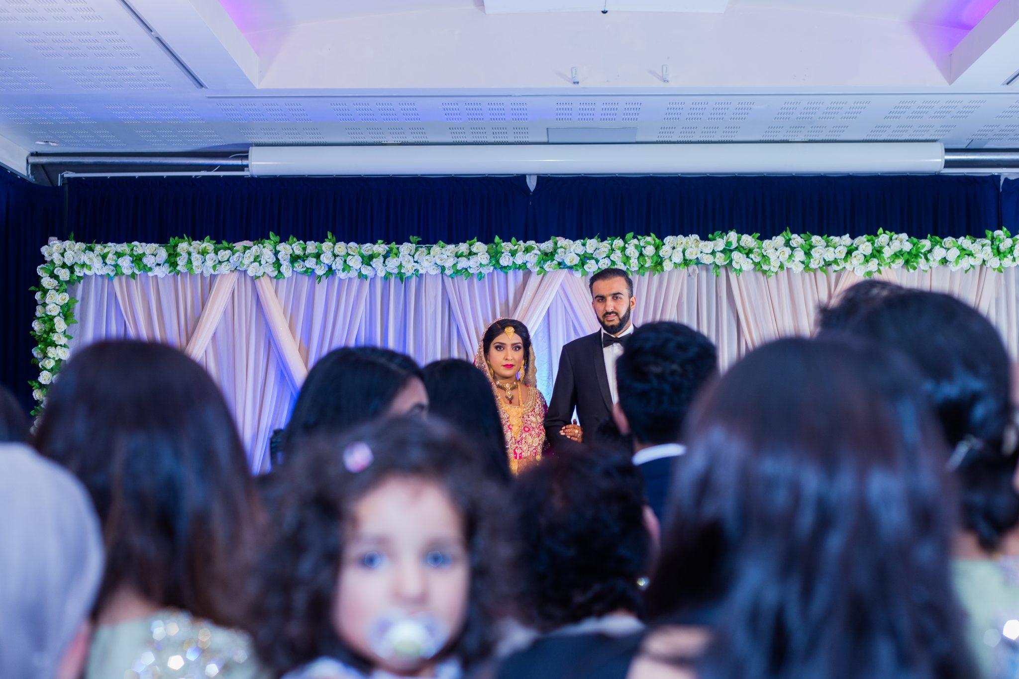 Pakistansk Bryllup - Brudeparet blir ønsket velkommen av alle gjestene